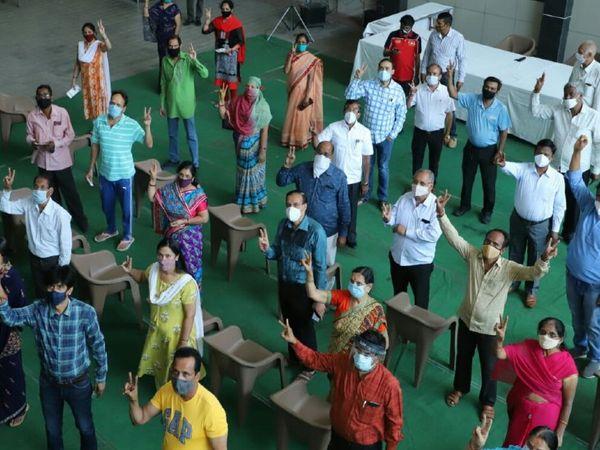 रविवार को माहेश्वरी समाज के सदस्यों ने नौलखा स्थित समाज भवन में टीकाकरण कराया। - Dainik Bhaskar