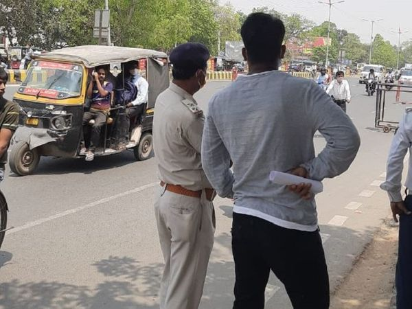 सड़क पर चेकिंग में लगी पुलिस के सामने से ऑटो में भरकर यात्री ले जाए जा रहे हैं। यह बेली रोड का नजारा है। - Dainik Bhaskar