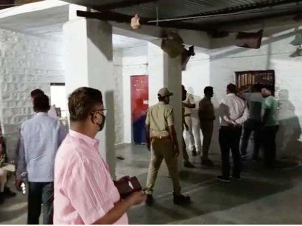 जोधपुर जिले की फलोदी जेल में बंदियों के भागने के बाद प्रशासन तुरंत एक्टिव हो गया। आसपास के इलाकों में तलाशी अभियान चलाया जा रहा है। - Dainik Bhaskar