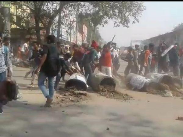 सासाराम में सड़क पर छात्रों का उपद्रव।