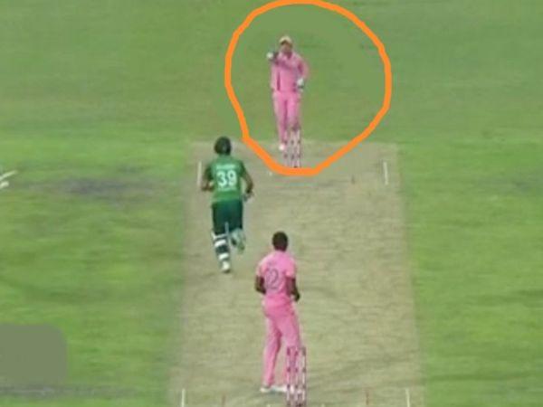 फखर जमान आखिरी ओवर की पहली गेंद पर रनआउट हुए। विकेटकीपर क्विंटन डिकॉक ने उन्हें चकमा देकर रनआउट किया। - Dainik Bhaskar
