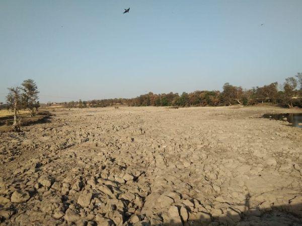 गर्मी से मध्यप्रदेश की धसान नदी अप्रैल में ही सूख गई।