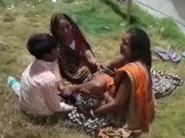 नंदन के शव को लेकर रोती मां और परिजन। - Dainik Bhaskar
