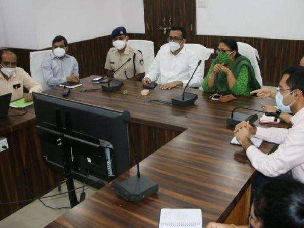 सतना कलेक्टोरेट सभागार की बैठक में शामिल कोविड प्रभारी डॉ. पल्लवी जैन गोविल। - Dainik Bhaskar