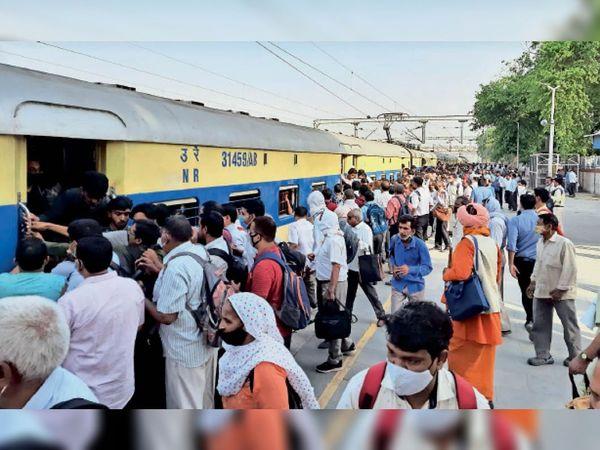 सोनीपत. रेलवे स्टेशन पर ट्रेन में चढ़ने के लिए धक्का-मुक्की करते यात्री। - Dainik Bhaskar