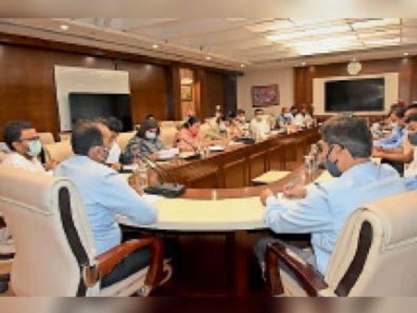 गुड़गांव. प्रशासनिक और पुलिस अधिकारियों के साथ बैठक करते उपायुक्त डॉ यश गर्ग। - Dainik Bhaskar