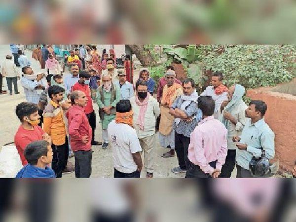 घटना के बाद सदर अस्पताल में लगी लोगों की भीड़ व (इनसेट) एंबुलेंस चालक का फाइल फोटो। - Dainik Bhaskar