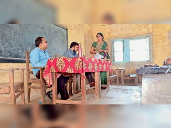 विद्यालय के प्रधानाध्यापक से रिपोर्ट लेते जिला शिक्षा पदाधिकारी। - Dainik Bhaskar