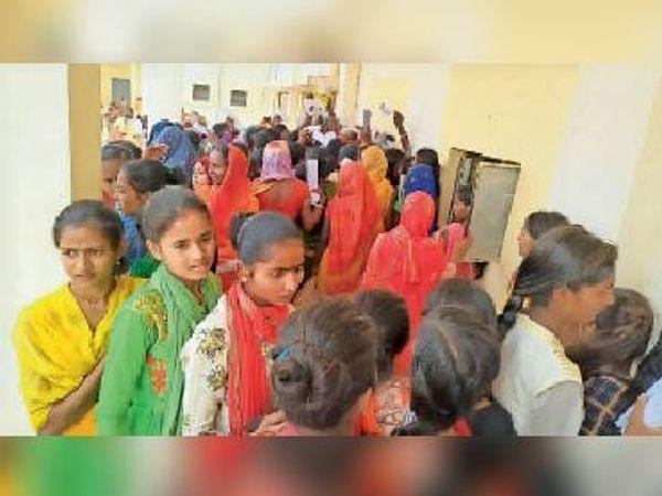 आरटीपीएस काउंटर सिमरी बख्तियारपुर में आवेदकों की भीड़। - Dainik Bhaskar