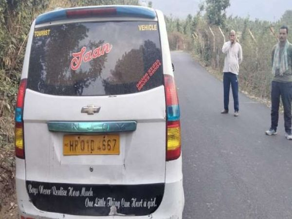 कांगड़ा में संदिग्ध हालात में खड़ी मिली टैक्सी, जिसमें इसके चालक युवक की अधजली लाश मिली है। - Dainik Bhaskar