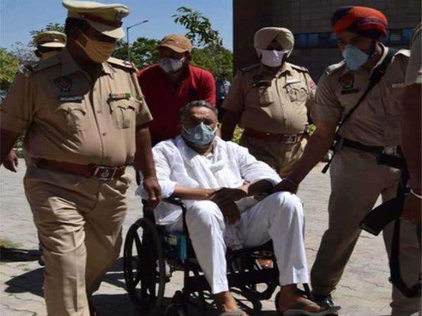 उत्तर प्रदेश के बाहुबली विधायक मुख्तार अंसारी रंगदारी मांगने के मामले में पंजाब की जेल में बंद है और आज उसे उत्तर प्रदेश की पुलिस बांदा ले जाने के लिए रोपड़ पहुंची हुई है।-फाइल फोटो - Dainik Bhaskar