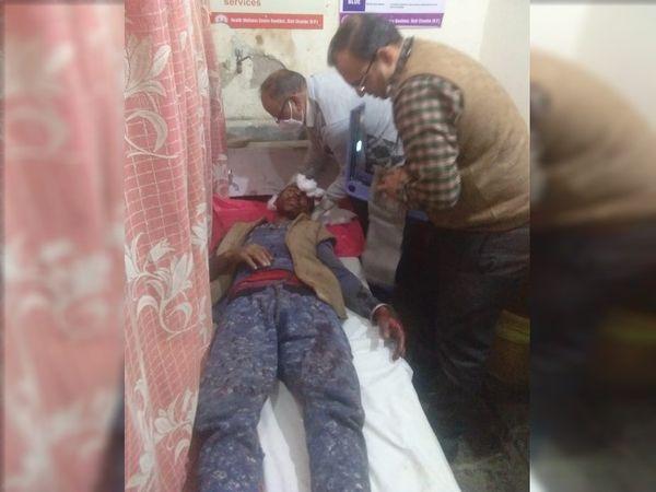 चंबा में भालू के हमले में घायल व्यक्ति का उपचार करते चिकित्सक। यहां मेडिकल कॉलेज में भर्ती दो गडरियों की हालत खतरे से बाहर बताई जा रही है। - Dainik Bhaskar