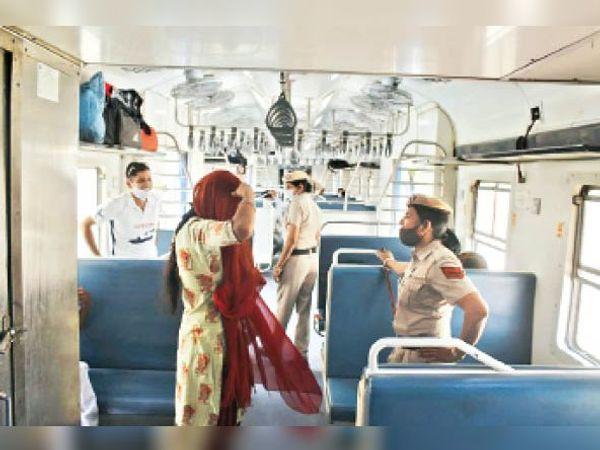 हिसार रेलवे स्टेशन पर ट्रेन में यात्री से पूछताछ करती महिला जवान। - Dainik Bhaskar