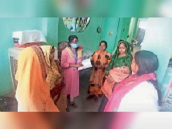 लोगों को जागरूक करतीं सेविका-सहायिकाएं। - Dainik Bhaskar