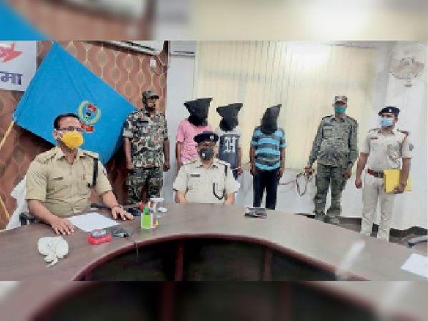 मीडिया को अपराध के खुलासे के संबंध में जानकारी देते एसपी। - Dainik Bhaskar
