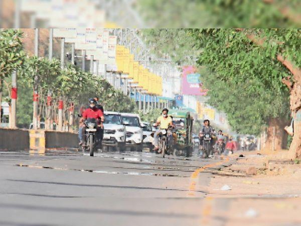 गर्म हुई सड़क... सोमवार को दोपहर 2 बजे लू चलने की वजह से रेसकोर्स रोड पर मृगमारीचिका नजर आई। - Dainik Bhaskar