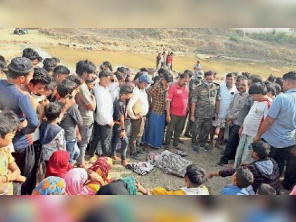घटनास्थल कटहाडीह पंचायत के खेशकरी में लगी भीड़। - Dainik Bhaskar