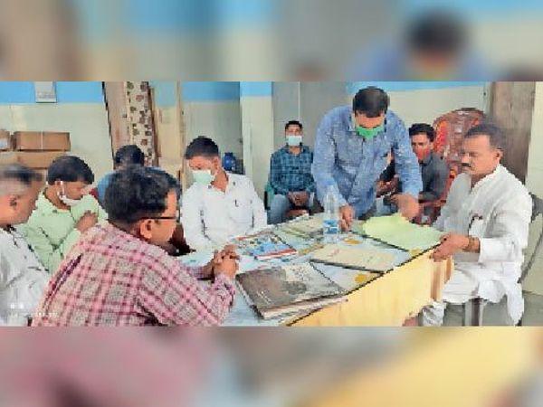 बलिया की डंडारी पीएचसी का औचक निरीक्षण करने पहुंचे विधायक। - Dainik Bhaskar