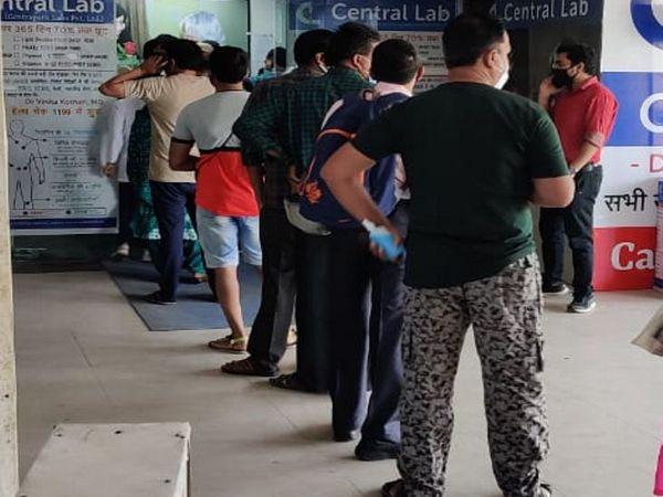 कोविड जांच के लिए बड़ी संख्या में मरीज यशवंत प्लाजा स्थिति लैब में पहुंच रहे हैं। - Dainik Bhaskar