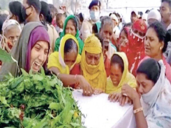 सोमवार को बीजापुर लाए गए जवानों के पार्थिव शरीरों को देखते ही उनके परिजन बिलख पड़े। मां, पत्नी के साथ अन्य महिलाओं की आंखों से आंसू बहने लगे। - Dainik Bhaskar