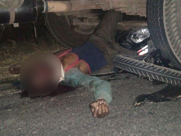 ट्रक के नीचे आने से दोनों युवकों की हुई मौत। - Dainik Bhaskar