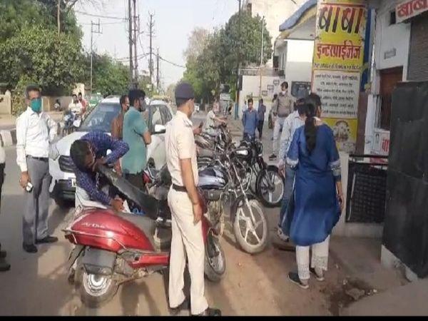 SDM मुरार पुष्पा पुषाम बाबा इंटरप्राइजेज दुकान को सील्ड करते हुए - Dainik Bhaskar