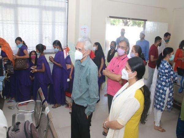वैक्सीन लगवाने के  लिए जेएएच में इस तरह लगी लोगों की भीड़ - Dainik Bhaskar