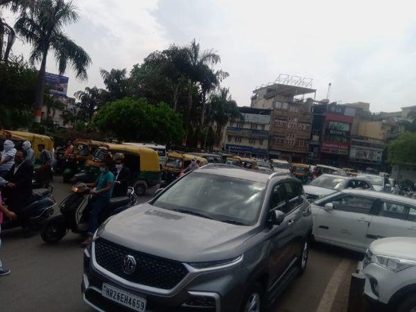 इंदरगंज चौराहा पर रॉन्ग साइड आने वाले वाहनों के कारण हुआ ट्रैफिक जाम, एसपी ने प्वाइंट  से गायब जवान को किया सस्पेंड - Dainik Bhaskar