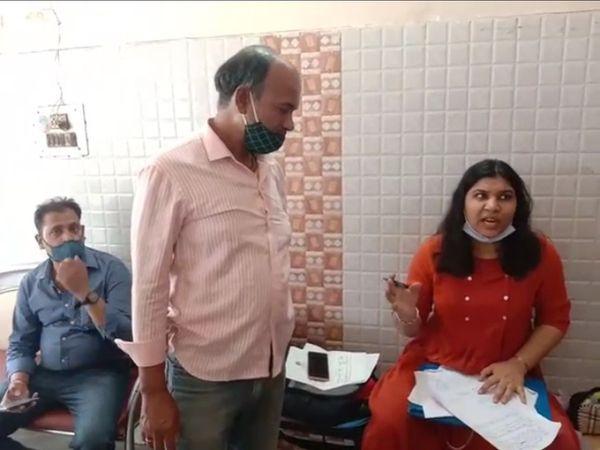 खाद्य सामग्री का सैंपल लेने के बाद फूड इंस्पेक्टर निरूपमा शर्मा नाश्ता सेंटर संचालक से पूछताछ करते हुए