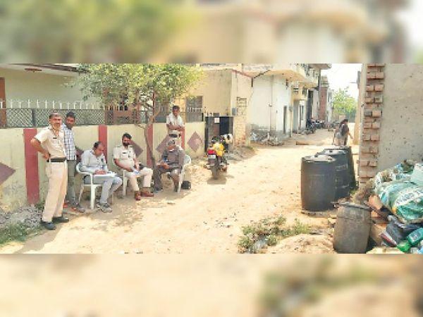 भूपेंद्र नगर में कार्रवाई करती पुलिस और विभाग की टीम। - Dainik Bhaskar