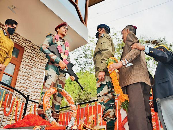 कुल्लू | शहीद पैरा कमांडो बाल कृष्ण की प्रतिमा लगाई। - Dainik Bhaskar