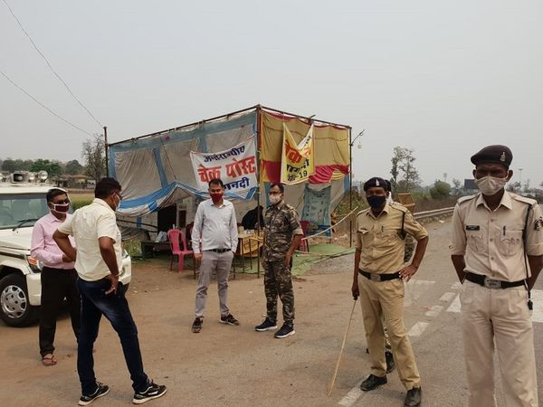 दुर्ग जिले की सीमाओं पर पुलिस बल तैनात है। कोरोना संक्रमण की चेन को तोड़ने के लिए जिले में 9 दिनों का टोटल लॉकडाउन रहेगा। - Dainik Bhaskar