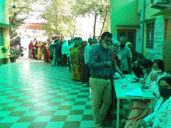 अब अस्पतालों में बढ़ने लगी कोरोना वैकसीन लगवाने वालों की संख्या। - Dainik Bhaskar
