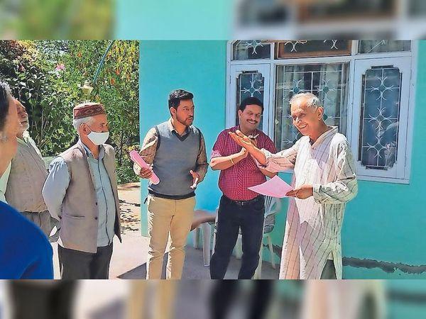 शिमला ग्रामीण की ग्राम पंचायत धमून में चुनाव प्रचार करते हुए प्रत्याशी। - Dainik Bhaskar