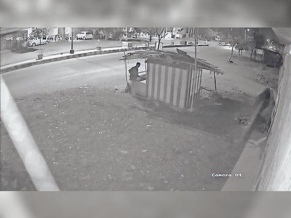 सीसीटीवी में दिखा चोर का फुटेज। - Dainik Bhaskar