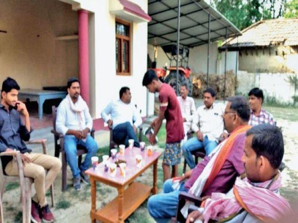 गांवों में शाम ढलते ही जश्न का माहौल दिखने लगता है। शहरों में रह रहे लोग भी वोट डालने गांव लौट रहे हैं। उनके आने-जाने के खर्च का इंतजाम भी उम्मीदवार ही कर रहे हैं। - Dainik Bhaskar