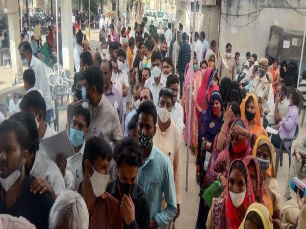 आयोजन समिति में वोटिंग करने आए पार्षद। - Dainik Bhaskar