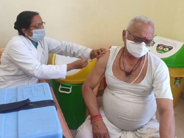 केंद्र पर टीकाकरण कराने पहुंच रहे लोग। - Dainik Bhaskar