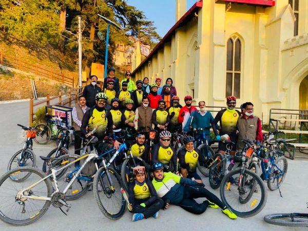 चंडीगढ़ से फागू की दूरी 130 किलोमीटर है, जो 8000 फीट पर स्थित है। 25 मेंबर्स में तीन महिलाएं शामिल थी। सबसे छोटा राइडर 11 साल का तन्मय और सबसे बड़े राइडर नितेन्द्र ढिल्लों शामिल हुए। - Dainik Bhaskar