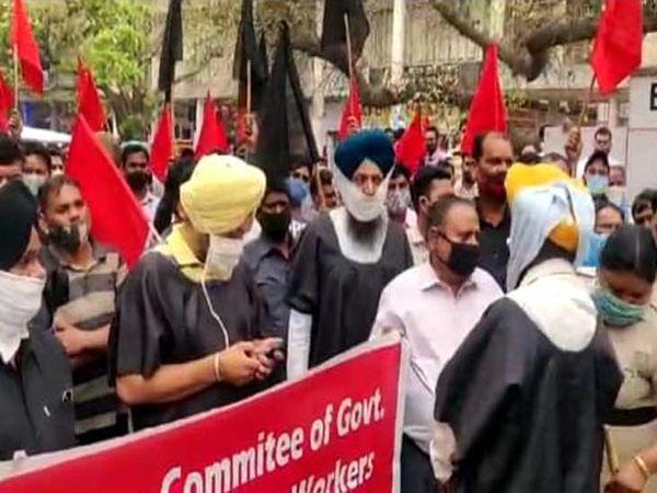 कर्मचारियों ने काले कपड़े पहन कर डीसी कार्यालय के सामने प्रदर्शन किया। - Dainik Bhaskar