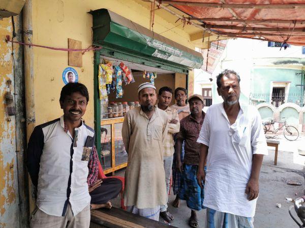 स्थानीय लोग दरगाह को आस्था का केंद्र मानते हैं, लेकिन पीरजादा की पार्टी को वोट करने के सवाल पर चुप्पी साध जाते हैं।