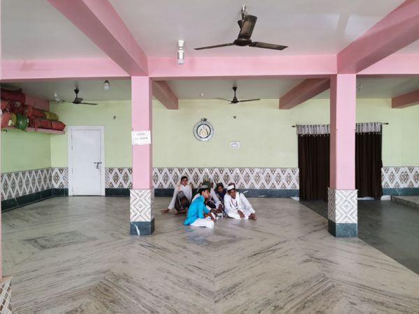 उर्दू और बांग्ला बोलने वाले मुसलमानों के बीच इस दरगाह की काफी मान्यता है। इस दरगाह के प्रबंधन से जुड़ा परिवार लंबे समय से ममता के साथ है।