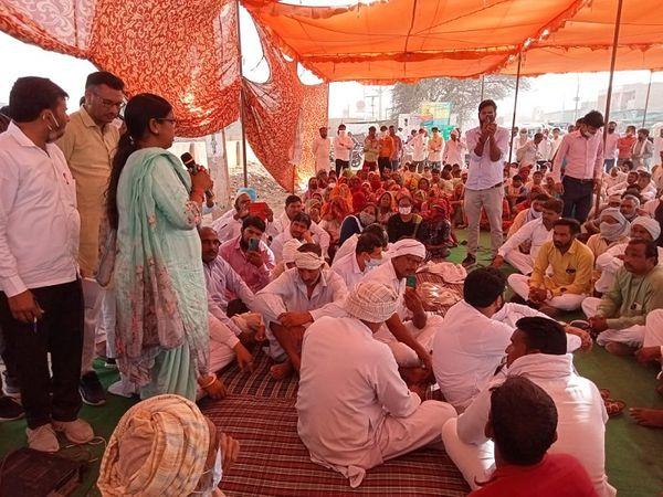 बीस दिन तक पुलिस ने आरोपी गिरफ्तार नहीं किए तो अनूपगढ़ विधायक पहुंचीं धरने पर। - Dainik Bhaskar