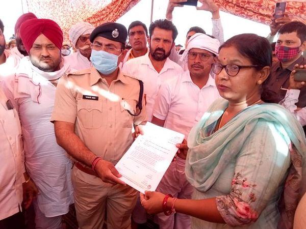 विधायक सहित ग्रामीणों से बातचीत करने धरनास्थल पर पहुंची पुलिस को दिया गया ज्ञापन।