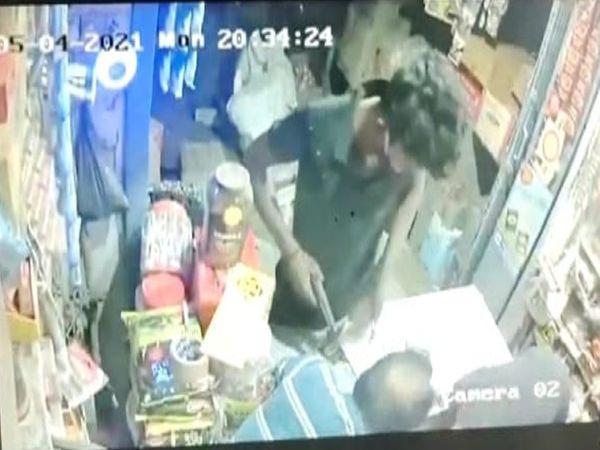 हथियार दिखाकर लूटपाट करता बदमाश। - Dainik Bhaskar