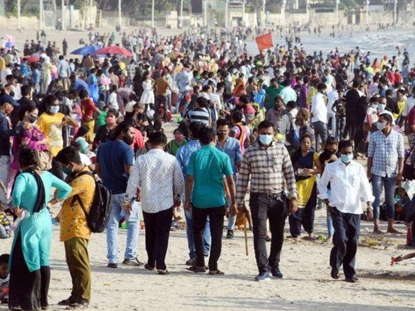 मुंबई में कोरोना संक्रमण के बावजूद रविवार (4 अप्रैल) को जुहू बीच पर इस तरह लोगों की भीड़ उमड़ी थी।