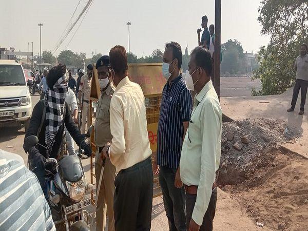 दुर्ग जिले की सीमाएं पूरी तरह से सील कर दी गई हैं। बाहर से आने-जाने वाले लोगों को रोका जा रहा है। - Money Bhaskar