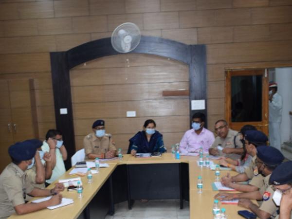 यूपी में होने वाले पंचायत चुनाव को लेकर भिंड व इटावा के प्रशासनिक अफसर बैठक करते हुए। - Dainik Bhaskar