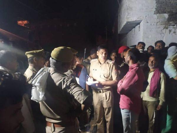 वारदात के बाद मौके पर जांच में जुटी पुलिस। - Dainik Bhaskar