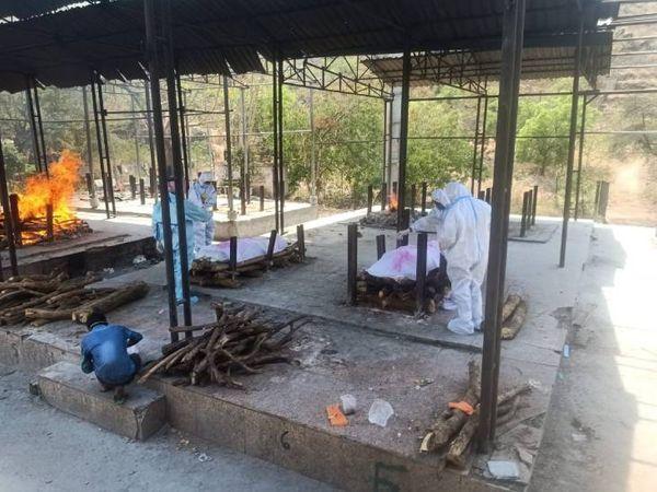 शमशान घाट में कोविड संक्रमितों को जलाने में लकड़ियां कम पड़ जा रही, प्रशासन के आंकड़े में एक मौत हो रही। - Dainik Bhaskar